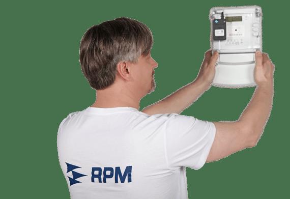 Pracovník RPM Facility instaluje jistič s IoT technologíí
